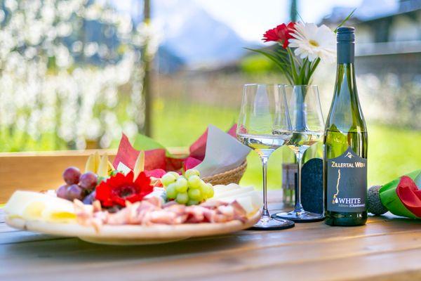 Jausenteller mit Speck und Käse und Zillertal Wein