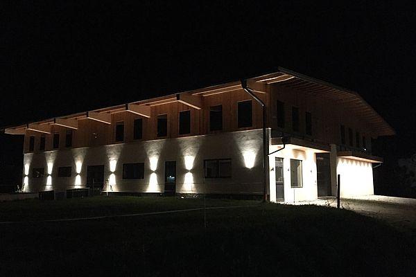 Bauernhof bei Nacht beleuchtet