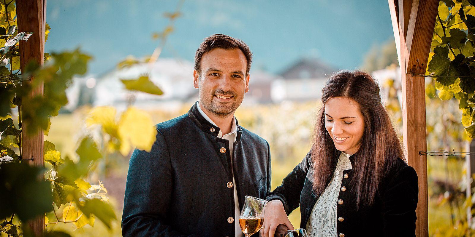Gastgeber schenken Wein ein