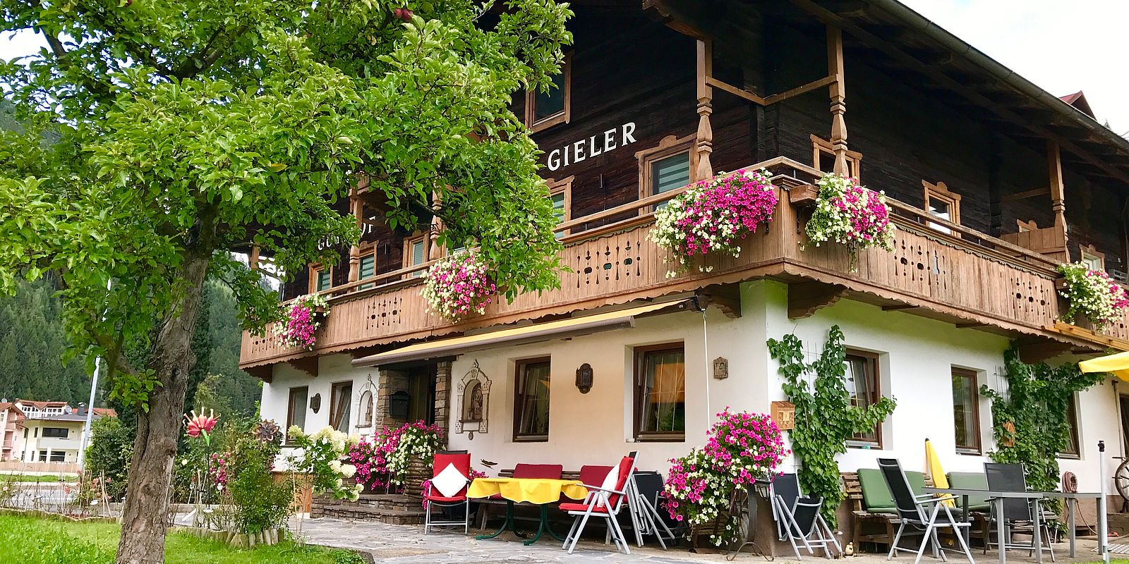 Gielerhof Aussenansicht im Sommer