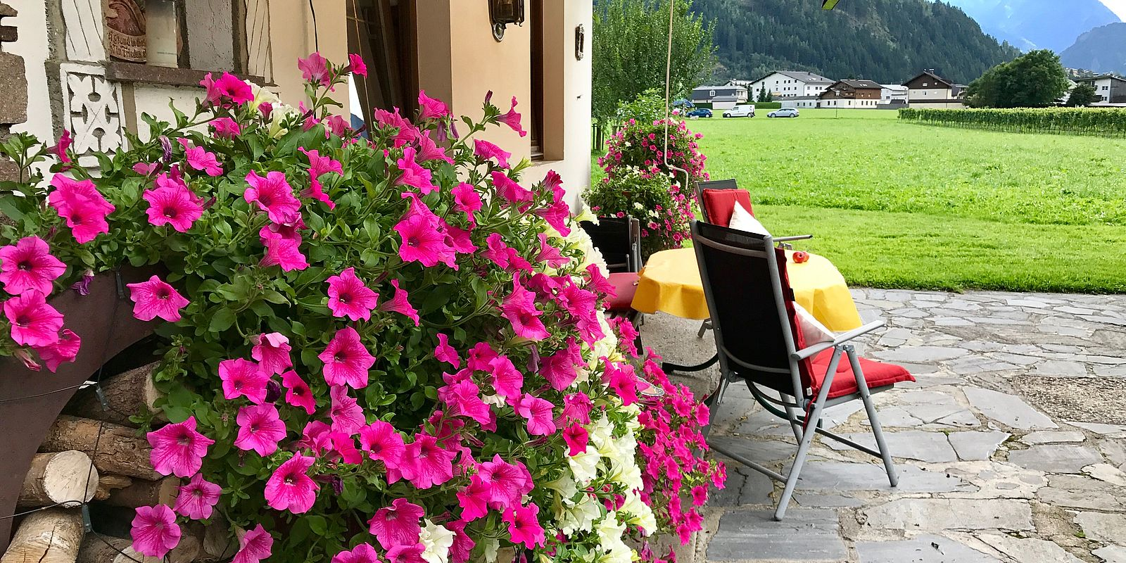 Terrasse des Gielerhofs mit Blumen