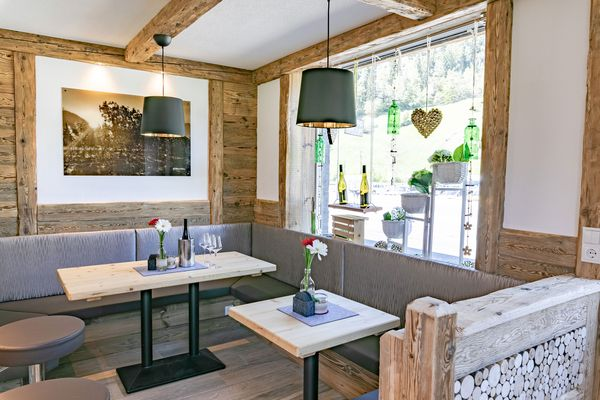 Eckbank mit Holzvertäfelung und Sitzgelegenheit im Buschenschank